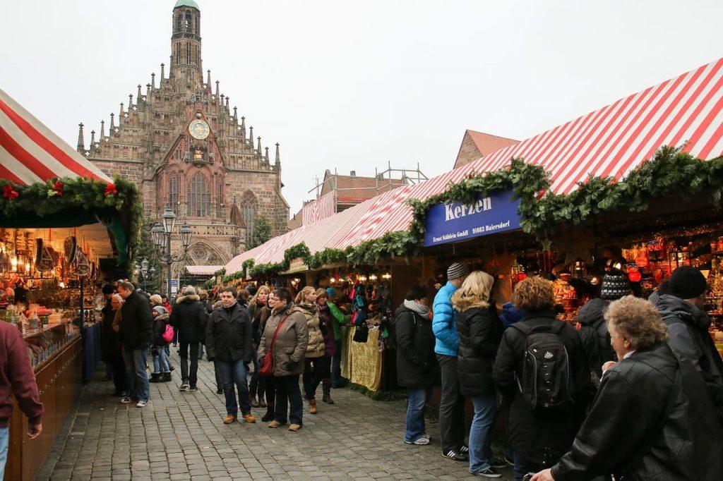 eira de artesanatos com algumas iguarias típicas da culinária local, como os famosos pães de mel e claro, as famosas salsichas de Nuremberg.