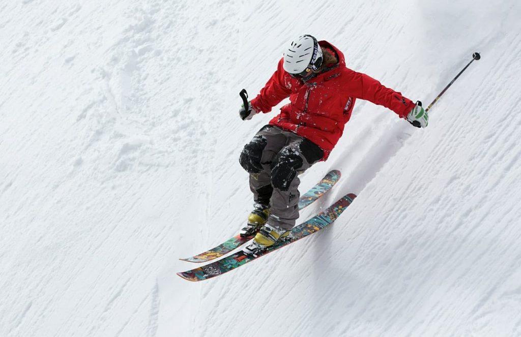Esquiando na neve