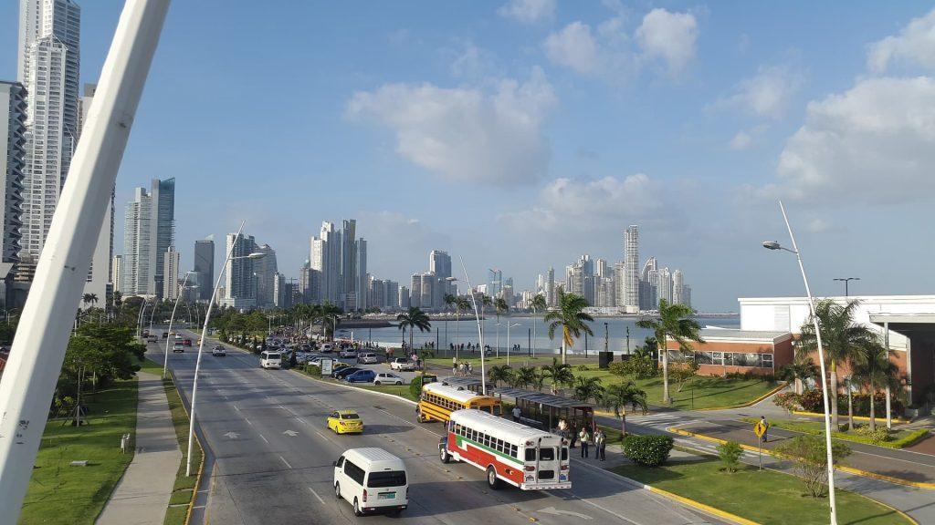 Cidade do Panamá. Foto com uma pista à beira mar.