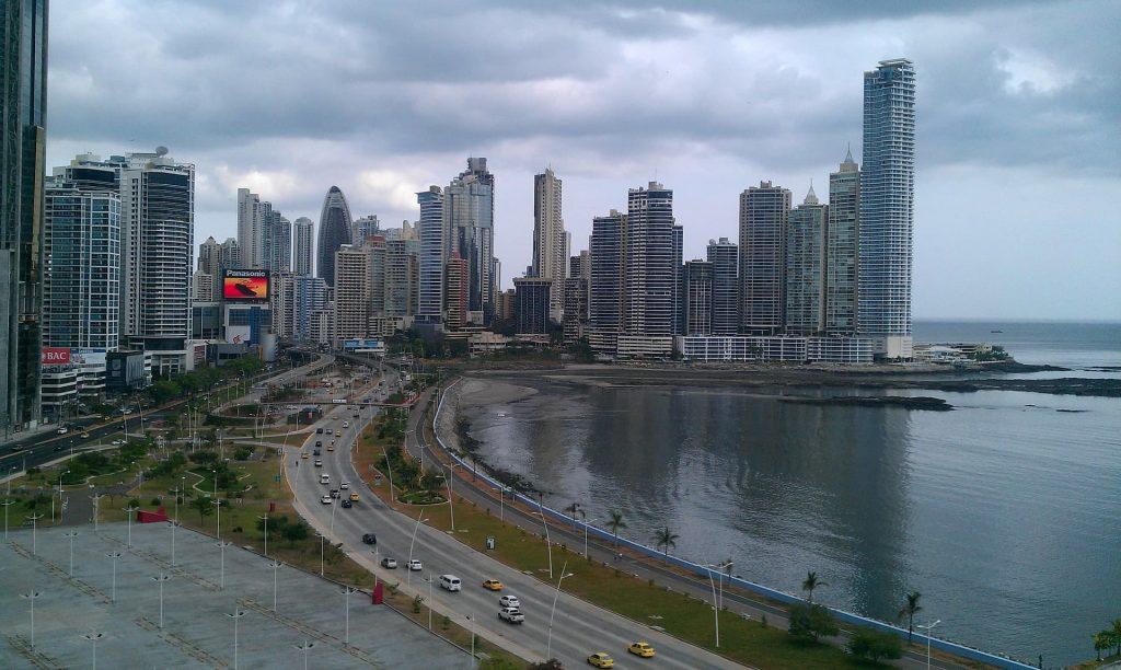 A cidade do Panamá é moderna e está super em crescimento econômico. Foto dos predios à beira mar.