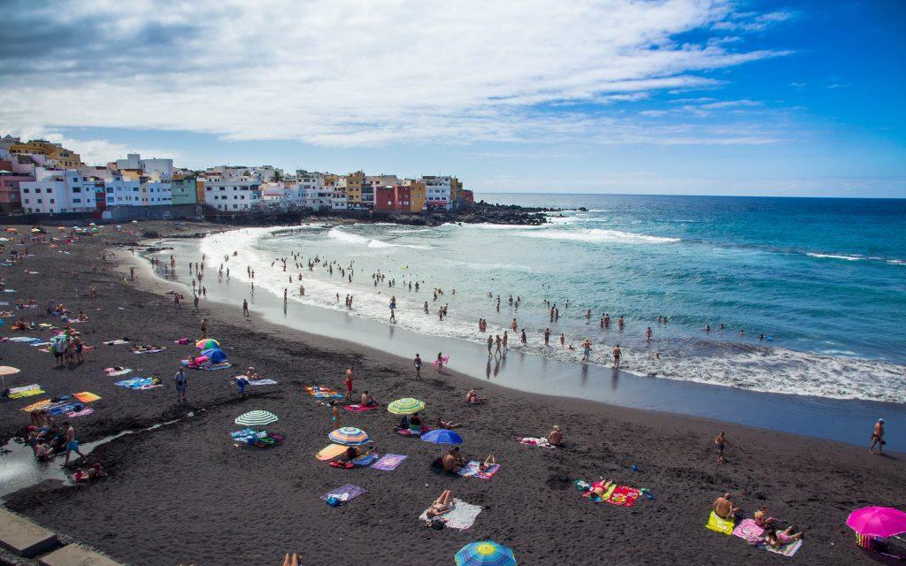Playa Jardín, em Tenerife nas Ilhas Canárias na Espanha. Praia de areia preta