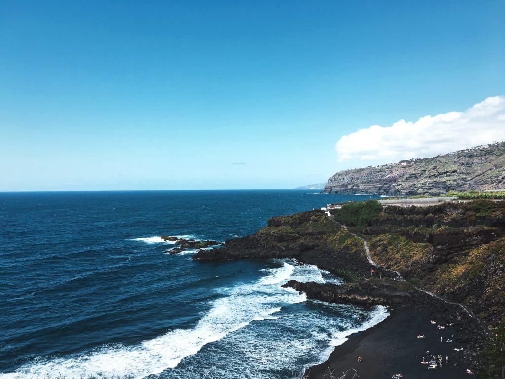 Praia El Bollullo em Tenerife nas Ilhas Canárias na Espanha. Praia de areia preta