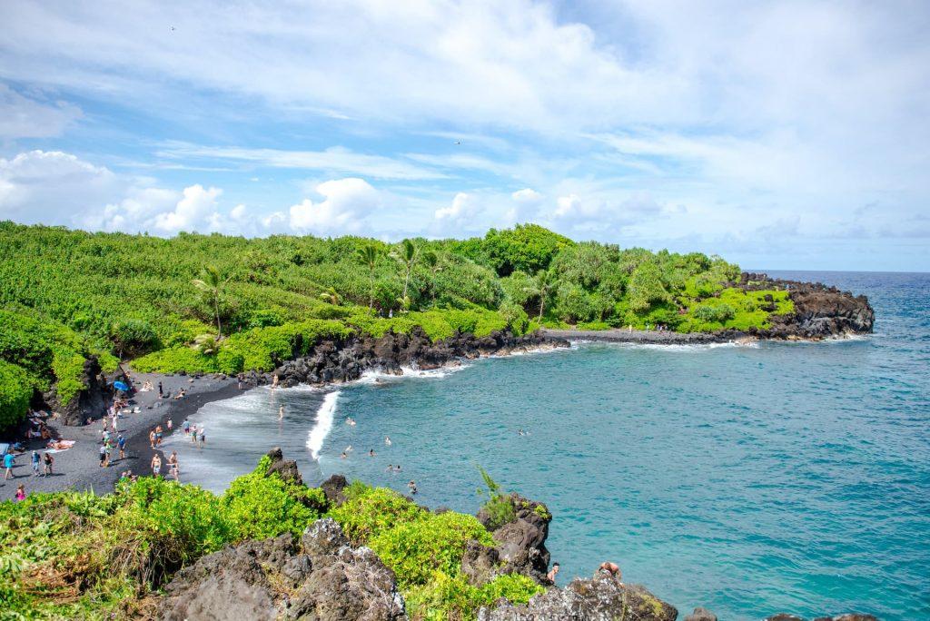 Praia de areia preta Honokalani no Hawaii nos Estados Unidos.