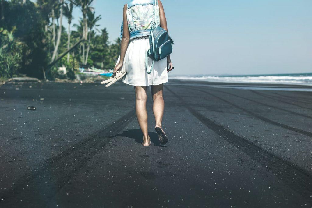 Praia Lovina em Bali na Indonesia. Onde fica praia de areia preta
