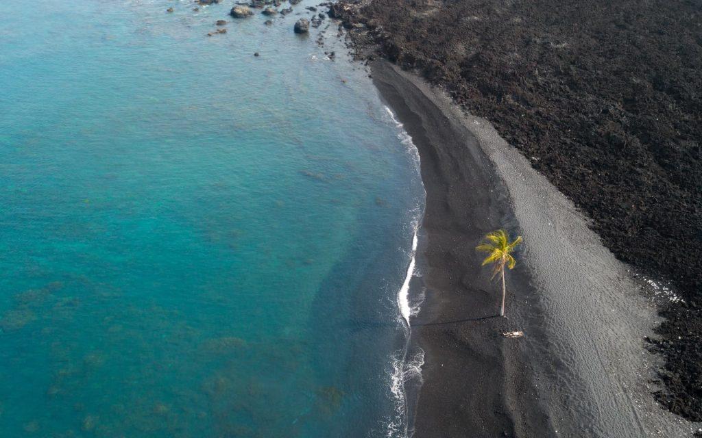 Praia de areia preta Punaluʻu no Hawaii nos Estados Unidos.