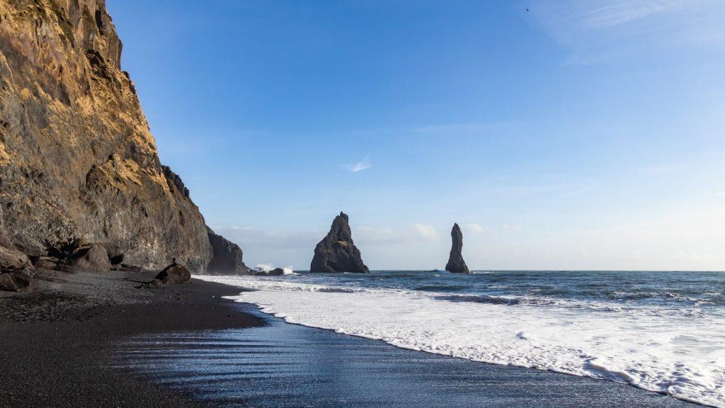 Praia de areia preta Reynisfjara em Vik na Islândia.