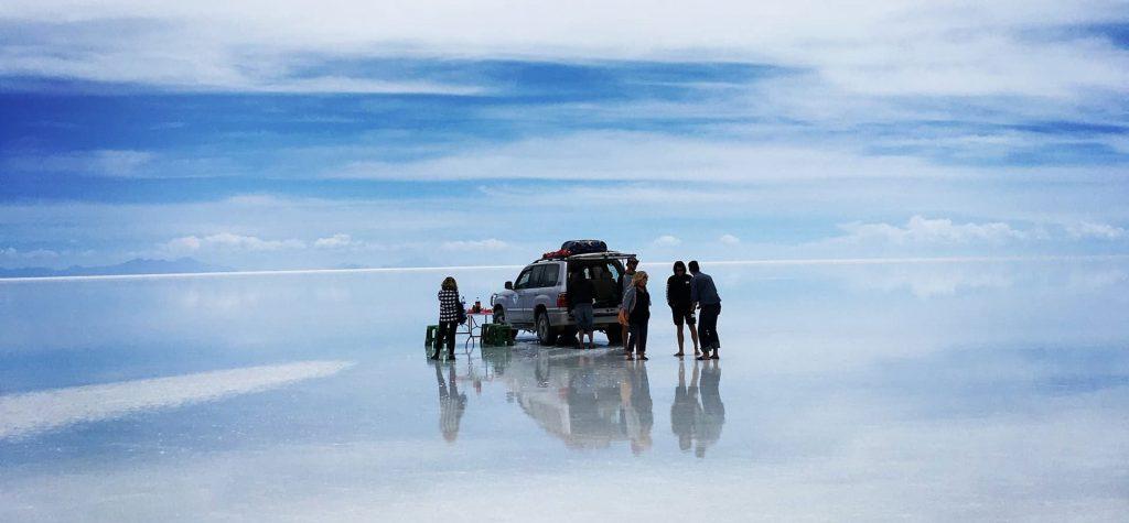 Salar Uyuni na Bolívia, céu refletindo no chão