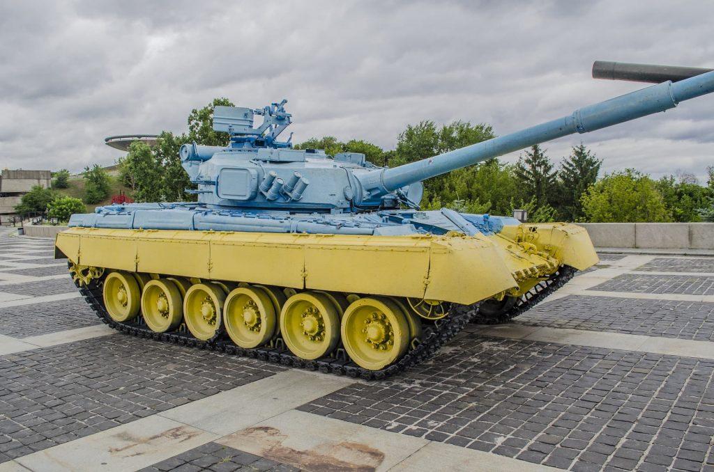 Tanque de guerra com as cores da Ucrânia