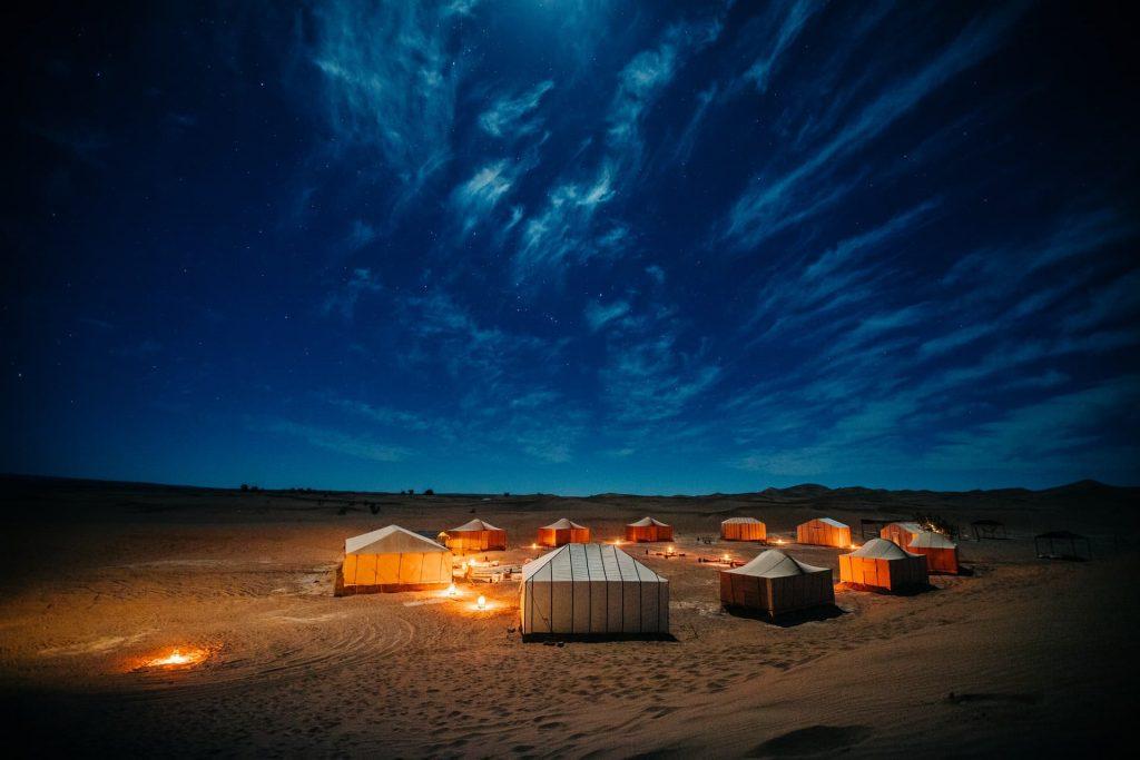 uma das experiências inesquecíveis de dormir sobre a luz das estrelas no Saara