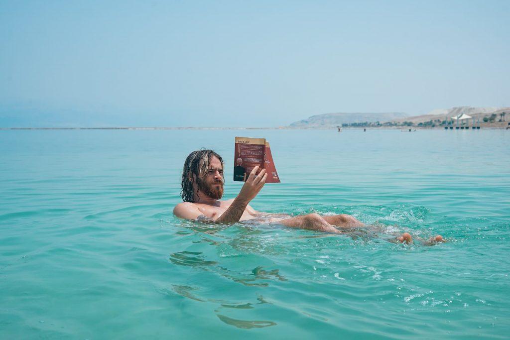 uma das experiências inesquecíveis de flutuar no mar morto